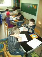 Die Vorschulkinder arbeiten konzentriert an ihren Aufgaben.