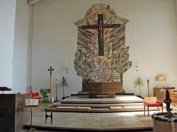 Das farbenintensive Mosaik, gefertigt von Benedict Schmitz aus Ingolstatdt, zeigt die Ezechiel-Vision von der Tempelquelle (Ez 47,1-12)