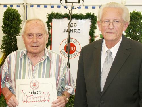 Für 80-jährige Mitgliedschaft beim ASV Gaustadt wurde Niko Rümmer ausgezeichnet, rechts ASV-Vorsitzender Dietfried Fösel.