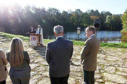 Die Pfarrer Diethardt Buchstädt und Matthias Wünsche spendeten dem Bauwerk den kirchlichen Segen. Es hören zu (v.l.): Staatsekretärin Melanie Huml (CSU), Alt-OB Herbert Lauer und OB Andreas Starke (SPD).