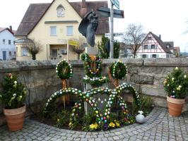Osterbrunnen an der Kirche