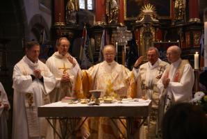 Jubilar und Konzelebranten beim Hochgebet