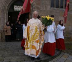 Jeder Ministrant überreichte dem Jubilar eine Rose.   An Ostern blüht das göttliche Leben ins uns neu auf!