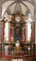 Mit der Siegespalme in der Hand weist uns Stephanus auf den in der Mitte des Altares thronenden Herrn in der Gestalt des bei Gott verherrlichten Lammes.