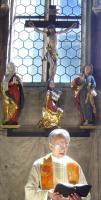 Singend unter dem Kreuz
