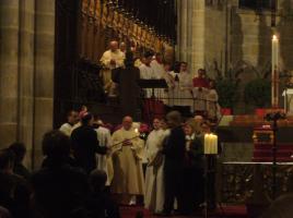 Vier Erwachsene werden von Erzbischof Ludwig Schick getauft. Übergabe des Osterlichts
