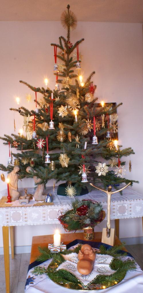Christbaum - Kreuz, Menschwerdung - Passion, Krippe - Kreuz; Baum des Christus - Baum des Lebens; Christbaum und der Gekreuzigte als Afuerstandener