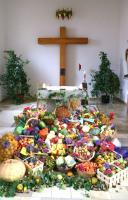 Die Ernte des Jahres vor dem Altar der Rödlaser Filialkirche - Maria, Königin des Friedens