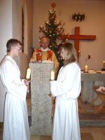 Pfarrer Dennert singt das Weihnachtsevangelium - Daniela und Tobias Dummert versehen den Dienst am Atlar