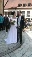 Stefan und Melanie vor der Kirche