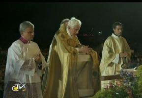 Papst Benedikt vor dem Allerheiligsten
