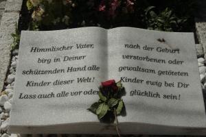 Grabstein in Kloster Waghäusel für gestorbenen oder getötete Kinder