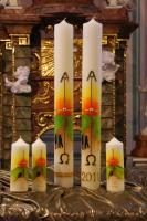 Handgemalte Kerze mit teilweiser Auflegung von Wachsplatten in verschiedenen Gr��en, mit und ohne Jahreszahl