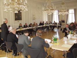 Im Bild:  Erzbischof Schick hei�t die Kuratoriumsmitglieder anl�sslich der 5. Sitzung im Bischofshaus willkommen.