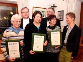 Pfarrer Thomas Ringer (hi. li.), B�chereileiter Johannes Wei� (hi. re.) und Melanie Dirauf (re.) ehrten Hedwig Dittner, Petra Ruff und Gisela M�ller (v.l.n.r.).