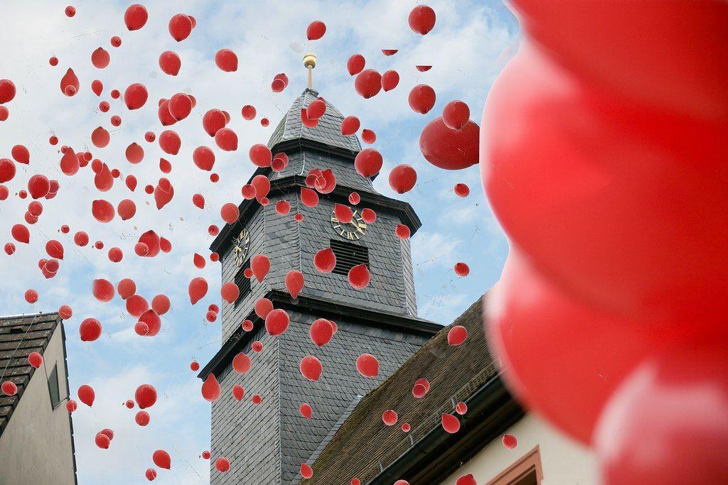 (Kirche Luftballons außen.jpg; 128 kB)