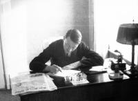 Durch die regelmäßige Lektüre des 'Geraden Wegs' wusste Adolf Hitler sehr genau, welche Gefahr für ihn von der Zeitung von Fritz Michael Gerlich ausging.   Das Bild wurde am 17. Januar 1932 im Hotel Kaiserhof in Berlin aufgenommen.