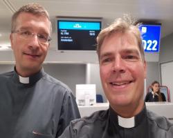 Flughafen Frankfurt: Weihbischof Dr. Gerber (li) und Generalrektor Dr. Löhr am 8. August 2017 auf dem Weg zur Bischofsweihe von Reinhold Nann in Perú.