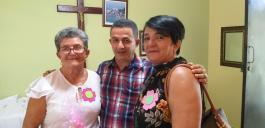 Nach der Sonntagsmesse in der Sakristei, P. Aridio Luzón Veras (Mitte) mit Mutter und Schwester