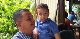 P. Aridio mit seinem Neffen und Patenkind beim Mittagessen