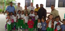 Begegnung mit dem Generalvikar des Bistums Barahona P. Hermann in seiner Pfarrei, hier mit Kindern des Pfarrkindergarten