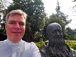 Christian Löhr an der Vaterstatue in Bellavista