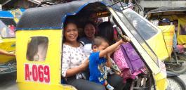 Abfahrt einer Familie nach der Heiligen Messe