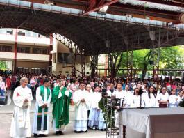 Nach der Heiligen Messe in der Kathedrale von Tandag