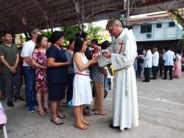 Kommunionausteilung bei der Heiligen Messe in der Kathedrale von Tandag