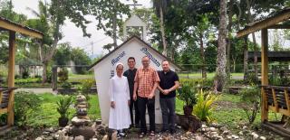 Besuch des Schönstatt-Bildstockes im Garten des Priesterseminars von Butuan