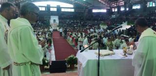 Heilige Messe für die neugewählten Politiker, hier mit der Bürgermeisterin von Tandag