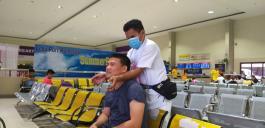 Father Stephen lässt sich im Hafenterminal von Cebu massieren