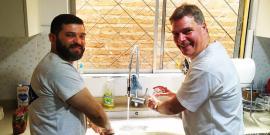 Brasilianisch-deutsche Zusammenarbeit beim Spülen nach dem Sonntagsassado