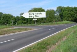 150 m nach Ortsende: links nach Berg Moriah