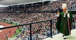 Bei der Seligsprechung im Olympiastadion Berlin: Johannes Paul II.