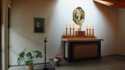 Der Dachau-Altar erinnert auch an die Priesterweihe im KZ.